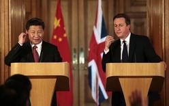 El presidente de China, Xi Jinping, junto al primer ministro de Reino Unido, David Cameron, durante una conferencia de prensa en Londres, 21 de octubre de 2015. El presidente chino Xi Jinping dijo el miércoles que no habrá un aterrizaje brusco para la segunda economía más grande del mundo. REUTERS/Suzanne Plunkett