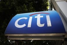 El logo de Citibank, visto en Los Ángeles, California, 10 de marzo de 2015. El banco estadounidense Citi dijo el miércoles que recortó sus pronósticos de crecimiento mundial para el 2016 por quinto mes consecutivo, reduciendo su estimación para el próximo año a un 2,8 por ciento desde un 2,9 por ciento. REUTERS/Lucy Nicholson