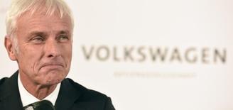 El CEO de Volkswagen, Matthias Mueller, en la sede de la empresa en Wolfsburgo, Alemania, el 25 de septiembre de 2015. Volkswagen podría tener que desembolsar más dinero además de los 6.500 millones de euros (7.400 millones de dólares) que hasta ahora ha dispuesto para cubrir los costos de un escándalo por emisiones de gases si sus ventas son afectadas, dijo el miércoles el presidente ejecutivo de la automotriz alemana. REUTERS/Fabian Bimmer