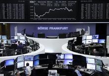 Operadores en sus puestos de trabajo en la bolsa alemana en Fráncfort, oct 21, 2015. Las acciones europeas cerraron con leves alzas el miércoles, porque las esperanzas en un cierre positivo de año y en que el Banco Central Europeo mantendrá las medidas de estímulo fueron contrarrestadas por algunos resultados corporativos negativos.       REUTERS/Staff/remote