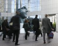 Cinquante et un pour cent des entreprises envisagent de recruter au moins un cadre au quatrième trimestre, soit autant qu'un an plus tôt, selon le baromètre trimestriel de l'Apec (Association pour l'emploi des cadres) publié jeudi. Le premier motif avancé pour les recrutements reste celui du remplacement des départs (49%) alors que les embauches liées au développement de l'activité sont en diminution (25%, -3 points). /Photo d'archives/REUTERS/John Schults