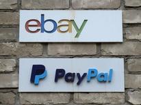 Вывески с логотипами eBay и PayPal у входа в офис в Торонто. 5 апреля 2015 года. Компания eBay Inc, управляющая одноименной площадкой онлайн-торговли, отчиталась о прибыли за третий квартал выше ожиданий, а также улучшила прогноз годовой скорректированной прибыли, развеяв опасения о своей судьбе после отделения в июле сервиса PayPal - главного драйвера роста. REUTERS/Chris Helgren