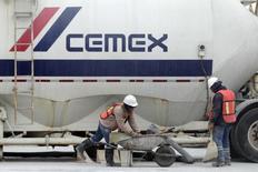 Unos trabajadores de la cementera Cemex en Monterrey, México, feb 25, 2015. La mexicana Cemex, una de las mayores cementeras del mundo, dijo el jueves que recortó su pérdida neta del tercer trimestre, pero sin alcanzar expectativas de una pequeña ganancia, mientras sus ingresos se vieron golpeados por la volatilidad de las monedas. REUTERS/Daniel Becerril