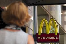 El logo de McDonald's visto en Times Square, en Nueva York, 23 de julio de 2015. McDonald's Corp reportó su primera alza trimestral de las ventas comparables de sus restaurantes en más de un año, gracias a una recuperación de la demanda en China y cambios a su oferta en Estados Unidos que impulsaron las ventas. REUTERS/Brendan McDermid