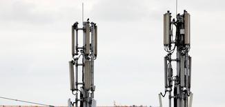 Bouygues Telecom, Free, Orange et SFR ont été retenus pour participer aux enchères pour l'attribution de la bande 700 MHz dans le cadre du déploiement de la 4G, annonce jeudi le régulateur des télécoms, l'Arcep. A 416 millions d'euros par bloc de fréquences comme prix d'entrée, plus 5 millions par tour, l'Etat français compte engranger 2,5 milliards d'euros minimum. /Photo d'archives/REUTERS