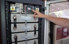 Les batteries de Saft présentées dans un salon informatique à Nice. Le groupe a annoncé jeudi s'attendre à un ralentissement de ses ventes au quatrième trimestre, ce qui l'amène à revoir à la baisse ses objectifs financiers pour 2015. /Photo prise le 11 juin 2015/REUTERS/Eric Gaillard
