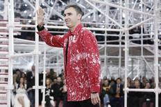 Christian Dior a annoncé jeudi à la surprise générale le départ de son directeur artistique Raf Simons (photo) pour raisons personnelles. Le styliste belge, encensé par la critique, avait redonné un nouveau souffle à la griffe de l'avenue Montaigne après le licenciement de John Galliano pour injures racistes. /Photo prise le 26 janvier 2015/REUTERS/Gonzalo Fuentes