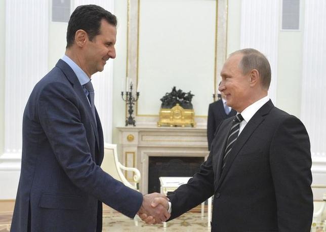 Russian President Vladimir Putin (R) shakes hands with Syrian President Bashar al-Assad during a meeting at the Kremlin in Moscow, Russia, October 20, 2015.  REUTERS/Alexei Druzhinin/RIA Novosti/Kremlin