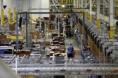Unos trabajadores en una bodega de Amazon en Tracy, EEUU, ago 3, 2015.  El gigante del comercio en internet Amazon.com Inc reportó ganancias por segundo trimestre consecutivo, impulsadas por mayores ventas en América del Norte, su mayor mercado, y ante otro período de sólido crecimiento en el negocio de la nube Amazon Web Services. REUTERS/Robert Galbraith