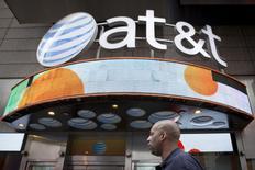 AT&T, longtemps le deuxième opérateur américain de téléphonie mobile et depuis juillet le numéro un mondial de la télévision payante, a publié jeudi un bénéfice supérieur aux attentes pour le troisième trimestre et relevé dans la foulée ses prévisions de résultats pour l'ensemble de 2015. /Photo d'archives/REUTERS/Brendan McDermid