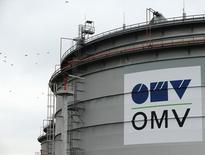 Логотип OMV на территории НПЗ в австрийском городе Швехат. 21 октября 2015 года. Российский газовый концерн Газпром и австрийская  OMV подписали меморандум о взаимопонимании по поставкам нефти, сообщил Газпром. REUTERS/Heinz-Peter Bader