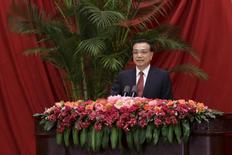 """El primer ministro de China, Li Keqiang, da un discurso en Pekín, 30 de septiembre de 2015. China hará un uso """"razonable"""" de los recortes a las tasas de interés y las reducciones del ratio de requerimiento de reservas bancarias (RRR) para impulsar a su alicaída economía, dijo el primer ministro Li Keqiang, según reportó una radio estatal el viernes. REUTERS/Jason Lee"""