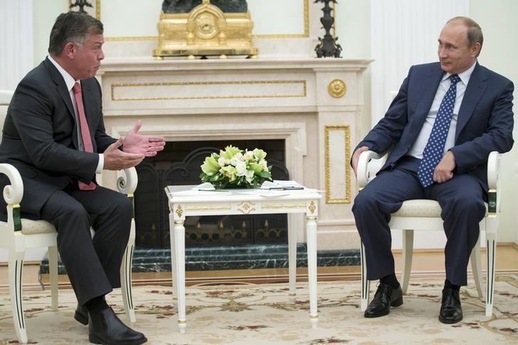 Jordan's King Abdullah (L) speaks with Russian President Vladimir Putin during their meeting at the Kremlin in Moscow, Russia, August 25, 2015. REUTERS/Pavel Golovkin/Pool