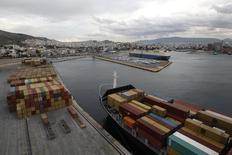 Le gouvernement grec a repoussé au 3 décembre la date limite pour le dépôt des offres de reprise de la majorité du capital du port du Pirée, le premier du pays, a annoncé vendredi le président de l'agence des privatisations.  /Photo d'archives/REUTERS/John Kolesidis
