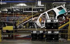 Una camioneta se mueve a través de la línea de ensamblaje de la planta de General Motors, en Arlington, Texas, 9 de junio de 2015. El crecimiento del sector manufacturero de Estados Unidos se aceleró en octubre más de lo previsto, mostró el viernes un reporte de la industria. REUTERS/Mike Stone