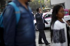 Una persona conversando por teléfono móvil en Ciudad de México, oct 8, 2015. La pequeña operadora mexicana de telecomunicaciones Maxcom y la empresa minorista Soriana anunciaron el viernes una alianza para ofrecer telefonía móvil en el país, que podría comenzar a operar en el tercer trimestre del 2016.  REUTERS/Edgard Garrido