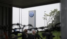 Le scandale du trucage des tests d'émissions polluantes par Volkswagen a obligé le constructeur automobile a suspendre le processus de vente de l'équipementier turc Teklas Kauçuk, estimé à 600 millions d'euros, selon trois sources proches du dossier.  /Photo prise le 7 octobre 2015/REUTERS/Axel Schmidt