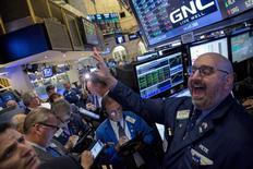 Wall Street a terminé en hausse vendredi, soutenue par la performance des valeurs high tech. Le Dow Jones a pris 0,90% à 17.646,70 points. Le S&P-500, plus large, a gagné 1,10% à 2.075,15. Le Nasdaq Composite a avancé de 2,27% à 5.031,86. /Photo prise le 22 octobre 2015/REUTERS/Brendan McDermid