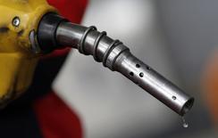 El nivel de los 80 dólares por barril es visto como el precio ideal para el petróleo mientras la economía mundial se mueve hacia un mayor crecimiento, afirmó el domingo el ministro de Economía de Emiratos Árabes Unidos, Sultan bin Saeed al-Mansouri. En la imagen de archivo, un surtidor de gasolina en una estación de servicio de Seúl, Corea del Sur. 6 abril 2011. REUTERS/Lee Jae-Won
