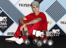 Canadian singer Justin Bieber poses with his awards during the MTV EMA awards at the Assago forum in Milan, Italy, October 25, 2015. REUTERS/Alessandro Garofalo