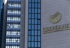 Центральный офис Сбербанка в Москве. 12 сентября 2014 года. Единственный из крупных кредиторов группы Мечел, ещё не договорившийся о реструктуризации долга - Сбербанк - требует с дочерней компании холдинга ещё $720 миллионов и 3,3 миллиарда рублей, согласно картотеке дел Арбитражного суда. REUTERS/Sergei Karpukhin
