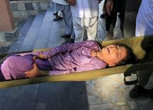Спасатели несут на носилках девочку, пострадавшую при землетрясении в Джалабаде. 26 октября 2015 года. Мощное землетрясение, обрушившееся на Афганистан в понедельник, стало причиной гибели как минимум 17 человек, еще 36 погибли в соседнем Пакистане, сообщили местные власти. REUTERS/ Parwiz