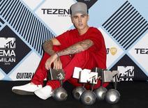 Justin Bieber ao lado de prêmios conquistados no MTV Europe Music Awards, em Milão.  25/10/2015   REUTERS/Alessandro Garofalo