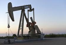 Una unidad de bombeo de crudo operada por la compañía Devon Energy Production cerca de Guthrie, EEUU, sep 15, 2015. Los precios del crudo caían el lunes, continuando bajo presión tras dos semanas seguidas de pérdidas, por temor a que el exceso de suministro de productos petroleros aumente ante el inusualmente templado clima y el fin del ciclo de mantenimiento de las refinerías estadounidenses.   REUTERS/Nick Oxford