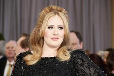 La cantante británica Adele llega a los 85° Premios de la Academia, en Hollywood, California, 24 de febrero de 2013. El video del primer sencillo de la cantante británica Adele en cuatro años batió récords en el sitio de entretenimiento Vevo.com, con más de 27 millones de visitas en las primeras 24 horas de su lanzamiento la semana pasada. REUTERS/Lucy Nicholson/Files