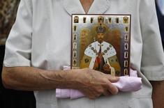 Ativista ortodoxa segura uma imagem de Nicholas 2º, o último czar da Rússia, durante um evento de 2012 em Moscou, na Rússia. 22/07/2012 REUTERS/Maxim Shemetov