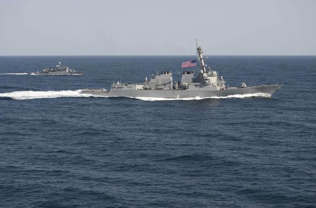 10月26日、米国防当局者は、米海軍のミサイル駆逐艦「ラッセン」(写真)が、南シナ海で中国が造成した人工島から12カイリ(約22キロ)の境界に接近しており、12カイリ内に数時間とどまる見通しだと明らかにした。提供写真(2015年 ロイター/U.S. Navy/Mass Communication Specialist 1st Class Martin Wright/Handout via Reuters)