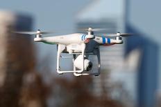 """Un drone modelo """"Phantom 2""""  vuela durante el cuarto Encuentro Intergaláctico de Pilotos de Phantom, en Bois de Boulogne, París, 16 de marzo de 2014. Wal-Mart Stores Inc solicitó el lunes la autorización de los reguladores estadounidenses para probar aeronaves no tripuladas para entregas a domicilio, retiros y revisión de inventarios en bodegas, una señal de que planea competir con Amazon en el uso de la tecnología para el despacho de órdenes en línea. REUTERS/Charles Platiau/Files"""