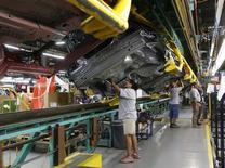 Empleados trabajan en la línea de ensamblaje de vehículos Ford Mustang 2015, en la planta de Ford en Flat Rock, Michigan, 20 de agosto de 2015. Un indicador de planes de inversiones de empresas de Estados Unidos cayó en septiembre por segundo mes consecutivo, en el más reciente indicio de que el crecimiento económico se frenó con fuerza en el tercer trimestre. REUTERS/Rebecca Cook