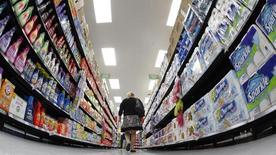 Foto de archivo de una mujer caminando por un supermercado Walmart, en Chicago, 21 de septiembre de 2011. LLa confianza del consumidor estadounidense bajó en octubre e incumplió con los pronósticos de analistas, mostró un reporte privado publicado el martes. REUTERS/Jim Young/Files