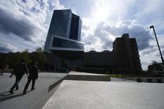 La sede del BCE en Fráncfort, el 3 de septiembre de 2015. Es casi seguro que el Banco Central Europeo alivie su política monetaria en diciembre, incrementando o extendiendo su programa de estímulo y reduciendo más la tasa de depósito, mostró el martes un sondeo de Reuters a economistas. REUTERS/Ralph Orlowski