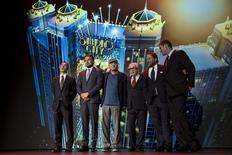 """(e/d) Lawrence Ho, chefe-executivo da Melco Crown Entertainment, os atores Leonardo DiCaprio e Robert De Niro, o cineasta Martin Scorsese, o produtor Brett Ratner e o cochairman da Melco, James Packer, durante entrevista coletiva em Macau, na China, sobre o lançamento do curta """"The Audition"""", nesta terça-feira. 27/10/2015 REUTERS/Tyrone Siu"""
