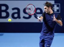 Tenista suíço Roger Federer durante partida contra Mikhail Kukushkin, do Cazaquistão, na Basileia, nesta terça-feira. 27/10/2015 REUTERS/Arnd Wiegmann