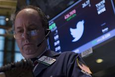 Un operador trabaja cerca del puesto donde se negocian las acciones de Twitter en la Bolsa de Nueva York. 5 de octubre de 2015. Las acciones de Twitter Inc caían un 12 por ciento el martes en operaciones después del cierre, luego de que la compañía decepcionó con su pronóstico de ingresos y reportó un crecimiento del número de usuarios menor al esperado, señales de que necesita más tiempo para dar un giro a su negocio. REUTERS/Brendan McDermid