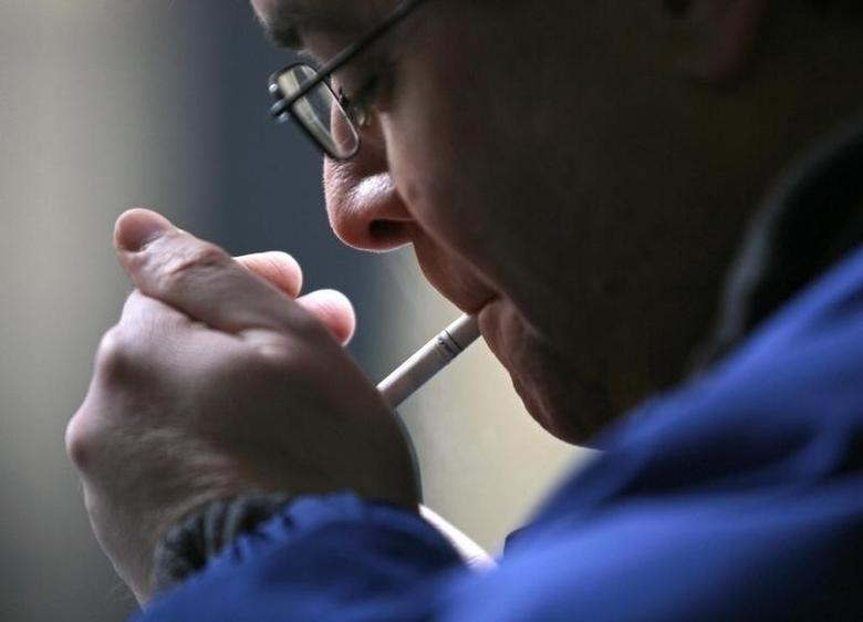 A smoker lights a cigarette in downtown Toronto February 19, 2007. REUTERS/J.P. Moczulski