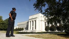 Un agente vigila los alrededores de la Reserva Federal de Estados Unidos, en Washington, el 16 de septeimbre de 2015. La Reserva Federal de Estados Unidos mantendría las tasas de interés sin cambios el miércoles y podría tener dificultades para convencer a los inversores de que un ajuste de su política monetaria es posible antes de fin de año debido a los vientos en contra que enfrenta la economía global. REUTERS/Kevin Lamarque
