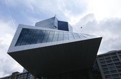 La sede del Banco Central Europeo en Fráncfort, Alemania, 3 de septiembre de 2015. Un miembro del consejo de Gobierno del Banco Central Europeo dijo el miércoles que no ve necesidad de reforzar en diciembre las medidas de alivio cuantitativo de la entidad, en contraste con las afirmaciones hechas la semana pasada por el jefe del BCE, Mario Draghi, que parecían favorecer más estímulos monetarios. REUTERS/Ralph Orlowski