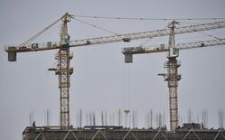 Unos obreros trabajando en la construcción de un edificio residencial en Nanjing, China, oct 25, 2015. La economía de China podría superar la estimación del Fondo Monetario Internacional y crecer cerca del 7 por ciento este año, aunque la proyección a mediano plazo es más incierta, dijo un funcionario del organismo mundial el miércoles.  REUTERS/Stringer IMAGEN CON RESTRICCIÓN DE USO EDITORIAL EN CHINA
