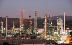 Imagen de archivo de la refinería de petróleo de la estatal ENAP en Concón, Chile, mayo 24, 2010. La petrolera estatal chilena ENAP está dentro de los plazos para escoger antes del final del año un socio estratégico para desarrollar proyectos de generación eléctrica, dijo a Reuters el miércoles su gerente general, Marcelo Tokman.              REUTERS/Eliseo Fernandez