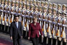 China's Premier Li Keqiang and Germany's Chancellor Angela Merkel (R) inspect honour guards during a welcoming ceremony outside the Great Hall of the People in Beijing, China, October 29, 2015. REUTERS/Jason Lee
