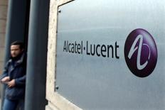 """Alcatel-Lucent a fait état jeudi d'une amélioration de ses marges au troisième trimestre, porté par ses économies et les effets de son plan de redressement """"Shift"""", et s'est dit confiant dans la réalisation de son rapprochement avec Nokia, qui devrait être réalisé au premier trimestre 2016. /Photo d'archives/REUTERS/Charles Platiau"""
