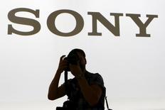 Фотограф у логотипа Sony на пресс-конференции, проводимой в рамках выставки IFA в Берлине. 2 сентября 2015 года. Японская Sony Corp сообщила в четверг, что компании удалось выйти на операционную прибыль во втором квартале финансового года благодаря сильным продажам видеоигр, которые помогли компенсировать падение спроса на смартфоны и расходы от обесценения активов годом ранее. REUTERS/Axel Schmidt