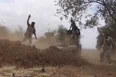Боевики Свободной сирийской армии в Дераа. 25 июня 2015 года. Предположительно российские военные самолеты впервые нанесли удары по объектам в провинции Дераа на юге Сирии прошлой ночью, сообщила группа повстанцев, действующая в регионе, а также группа мониторинга, отслеживающая развитие конфликта, в четверг. REUTERS/Alaa Al-Faqir