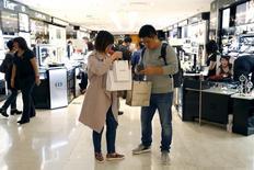 Aux Galeries Lafayette. La croissance du marché mondial du luxe devrait tomber à 1%-2% à taux de change constants en 2015, son plus bas niveau depuis la crise de 2008, /Photo prise le 23 septembre 2015/REUTERS/Charles Platiau