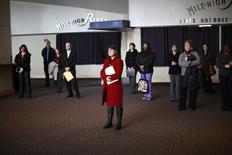 Personas buscando empleo escuchan una presentación en una feria de trabajos de la Asociación de Hospitales de Colorado, en Denver, 9 de abril de 2013. El número de estadounidenses que solicitó por primera vez el beneficio de desempleo subió levemente la semana pasada, aunque  la tendencia general sigue apuntando a un mercado laboral fortalecido. REUTERS/Rick Wilking