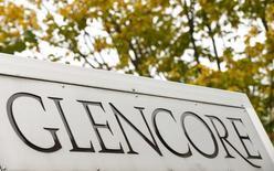 El logo de Glencore en la sede central del grupo en Baar, Suiza, el 30 de septiembre de 2015. El gigante minero y operador de materias primas Glencore está reduciendo sus inventarios de 18.000 millones de dólares, dijeron fuentes de la industria, una medida que según las agencias calificadoras podría ayudar a mitigar las preocupaciones sobre su hoja de balance. REUTERS/Arnd Wiegmann